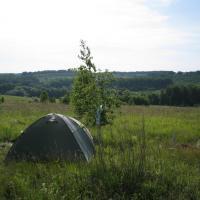 Многие приезжающие на экскурсии остаются с палатками.